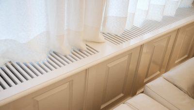 Vensterbank met radiator en radiatorrooster