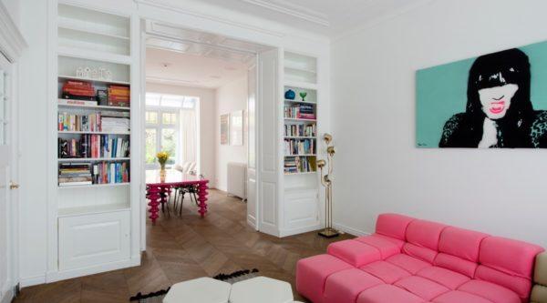 Open kamer en suite kasten met verouderde parketvloer
