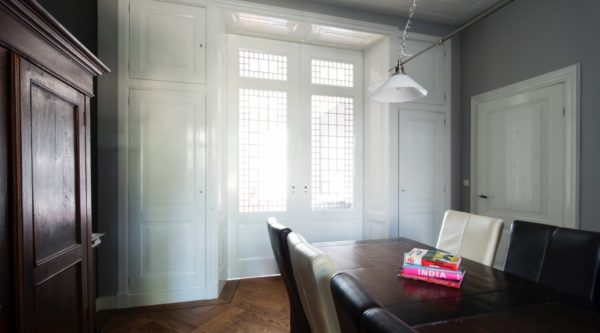 Kamer en suite met schuifdeuren met glas in lood hoge ensuite