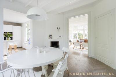 kamer en suite met doorlopende visgraatvloer