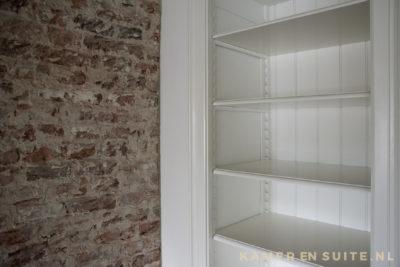 Klassieke plankdragers in een boekenkast