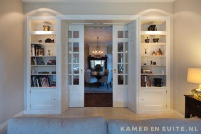 Kamer en suite met open kasten