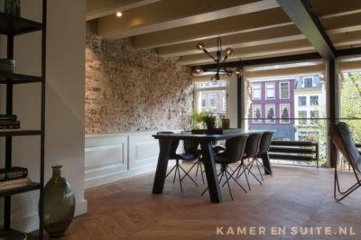 Interieur met houten parketvloer en bakstenen muur