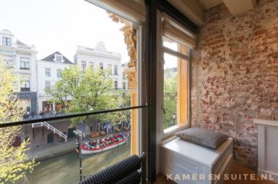 vensterbankje in het raam