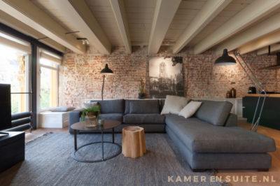 Houten balken plafond en bakstenen muur