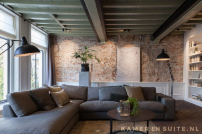 Balken plafond en bakstenen muur