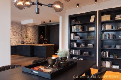 Open woonkamer met mat zwarte accenten