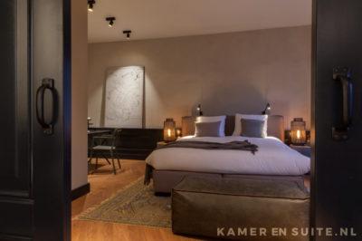 Klassieke hongaarse punt en lambrisering in de slaapkamer