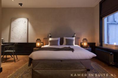 Stijlvolle slaapkamer met donkere lambrisering