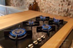 Keuken met houten aanrechtblad en gasfornuis Modern design