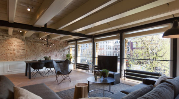 Plafond met houten blaken en bakstenen muur