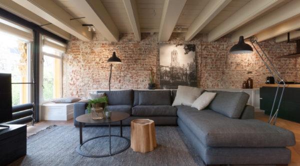 Plafond met authentieke houten balken en stijlvolle zithoek