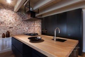 Open keuken met houten aanrechtblad