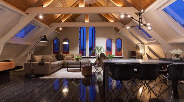 Houten balken plafond kamer woonkamer zwarte vloer
