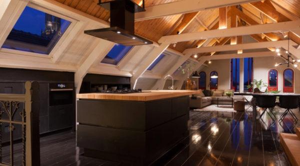 Open keuken hout houten plafond woonkamer open
